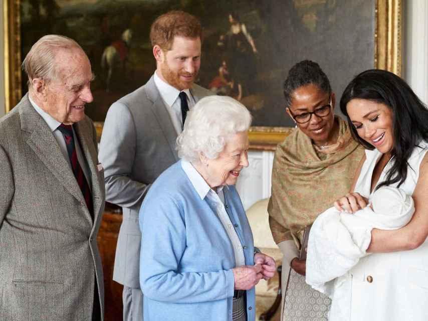 La reina Isabel y su difunto esposo, contemplando a Archie, el primogénito de los duques de Sussex.