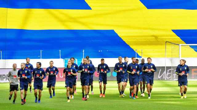 Los jugadores de Suecia, durante el calentamiento de un partido