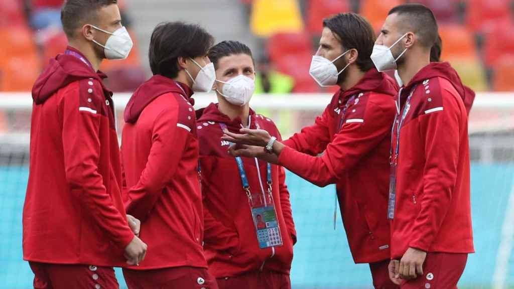 Los jugadores de Macedonia del Norte conversan entre ellos