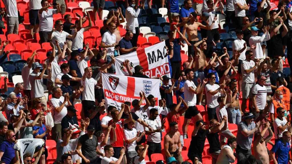 Aficionados ingleses celebran en las gradas de Wembley durante el Inglaterra - Croacia