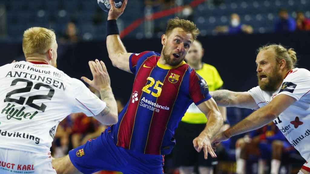 El jugador del Barça Luka Cindric realiza un lanzamiento