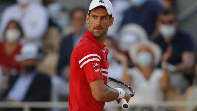 Djokovic mira concentrado una bola