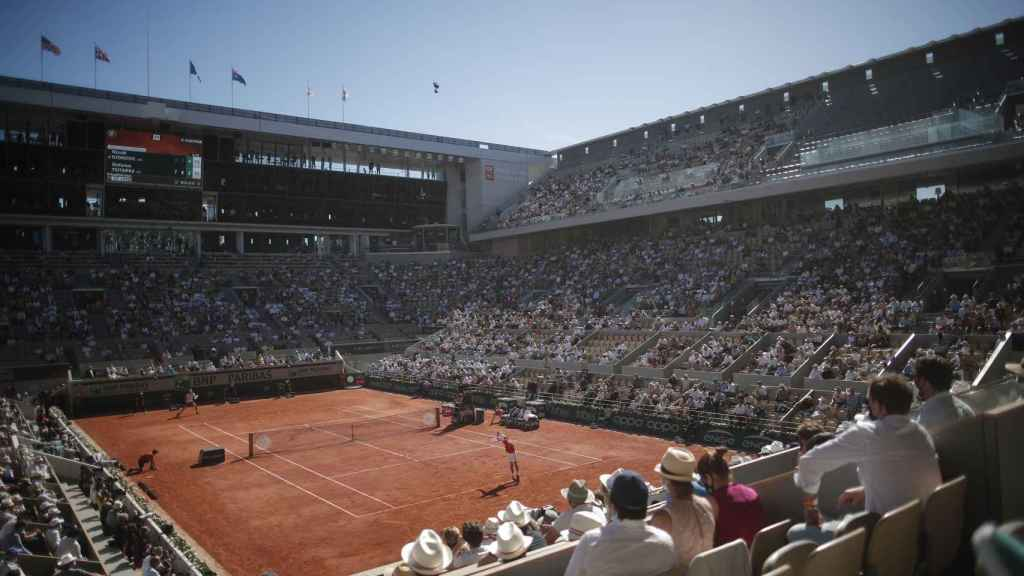 Pista central de Roland Garros en el Djokovic - Tsitsipas