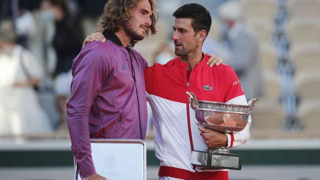Tsitsipas y Djokovic con sus trofeos de Roland Garros