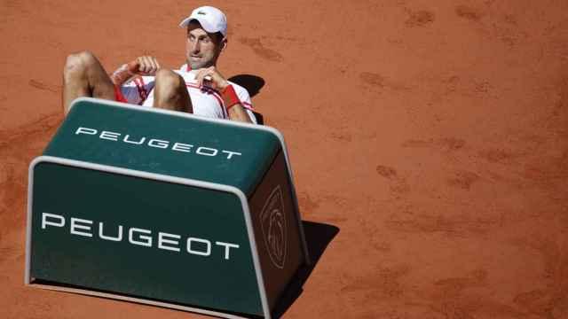 Caída de Novak Djokovic, en la final de Roland Garros 2021