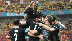 David Alaba y los jugadores de la selección de Austria celebran el gol de Michael Gregoritsch