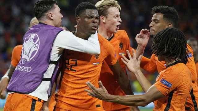 Denzel Dumfries celebra el gol de la victoria de la selección de Holanda en la Eurocopa 2020