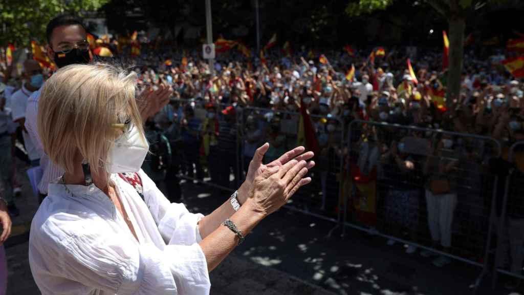 Rosa Díez saluda a la multitud, este domingo en Colón.