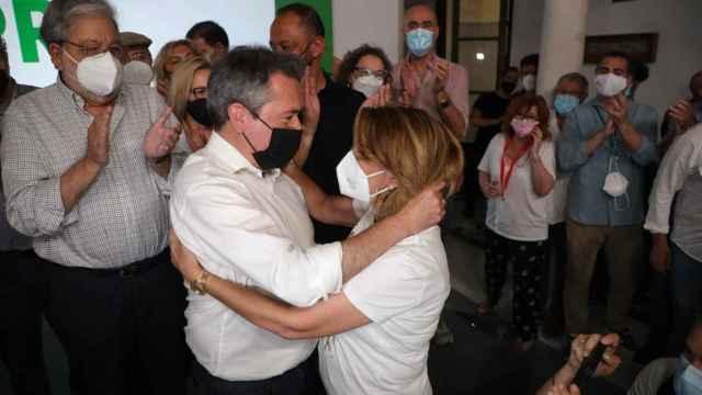 Juan Espadas y Susana Díaz se funden en un abrazo tras los resultados de las primarias del PSOE andaluz.