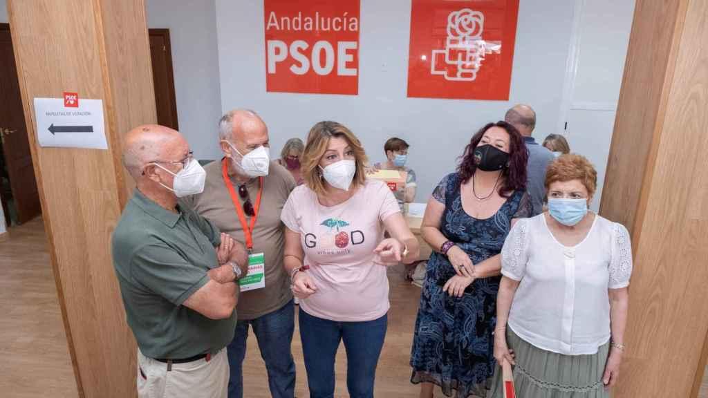 Susana Díaz, con militantes de su agrupación, el día de su derrota en las primarias del PSOE-A.