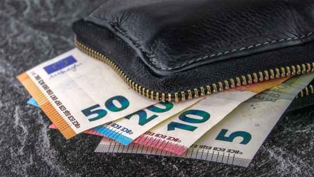 Una cartera con billetes de euro de diferentes denominaciones.