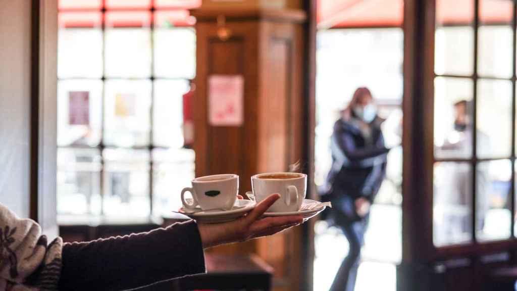 Un camarero sirve varios cafés en Vitoria.