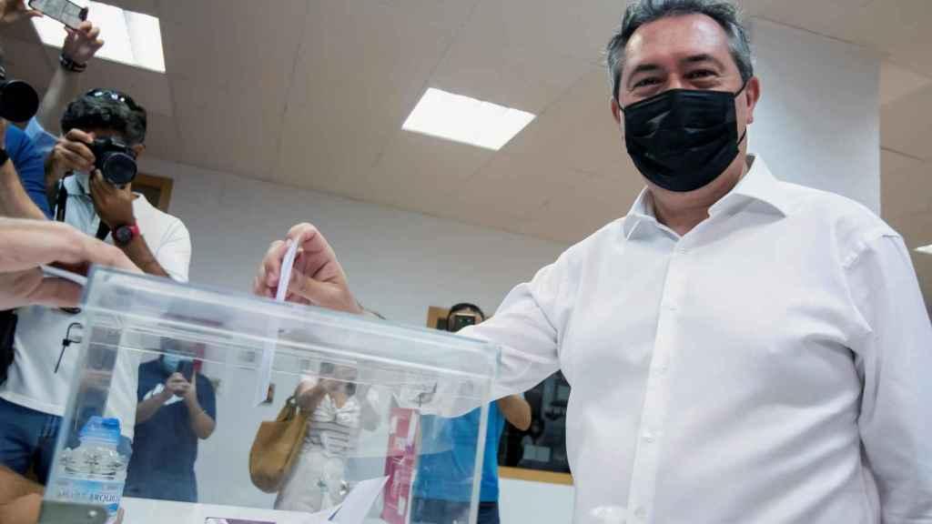 Juan Espadas, en el momento de la votación.