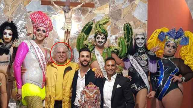 El Padre Báez, rodeado de drag queens, en 2018.