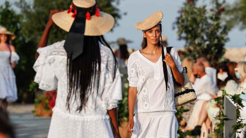 La moda Adlib de Ibiza celebra sus 50 años sobre la pasarela.