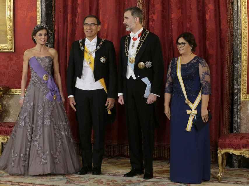 Los reyes Felipe VI y Letizia junto a Martín Vizcarra y su esposa en la última cena de gala en el Palacio Real de Madrid.