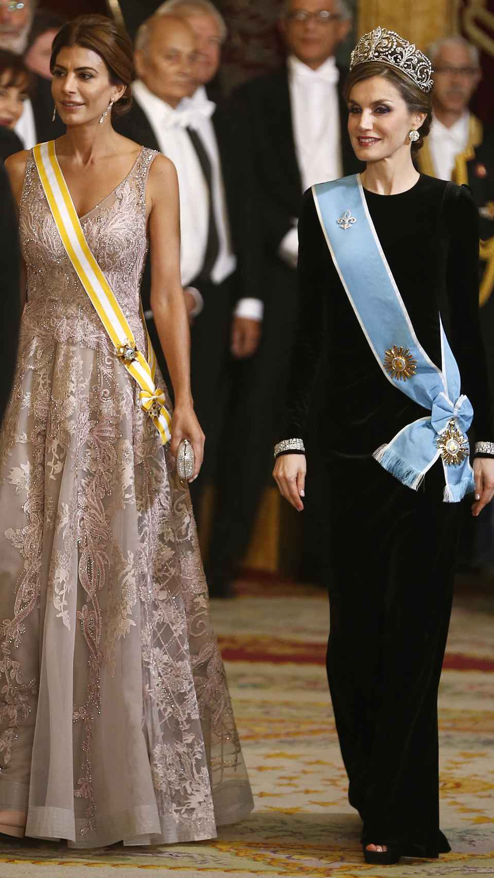 La reina Letizia junto a la exprimera dama de Argentina, Juliana Awada, en febrero de 2017.