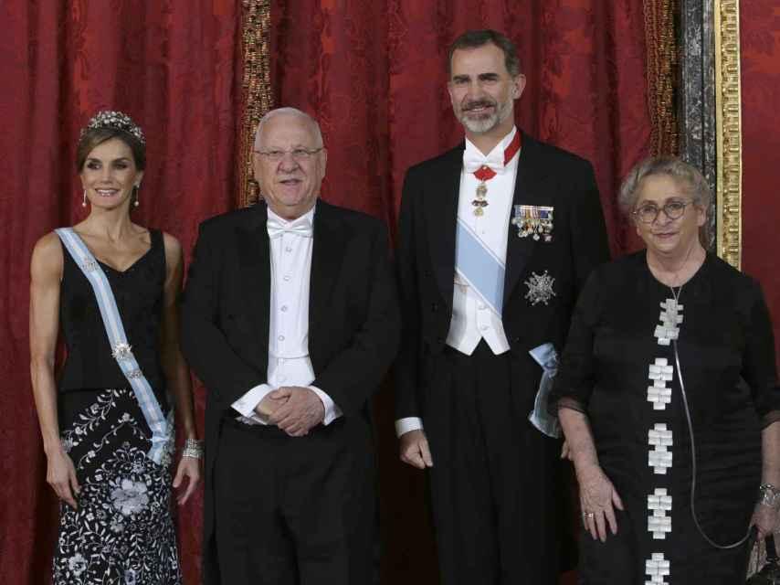 La reina Letizia junto al rey Felipe, Reuvén Rivlin y su fallecida esposa, Nechama, llevando el corsé que le hizo daño.