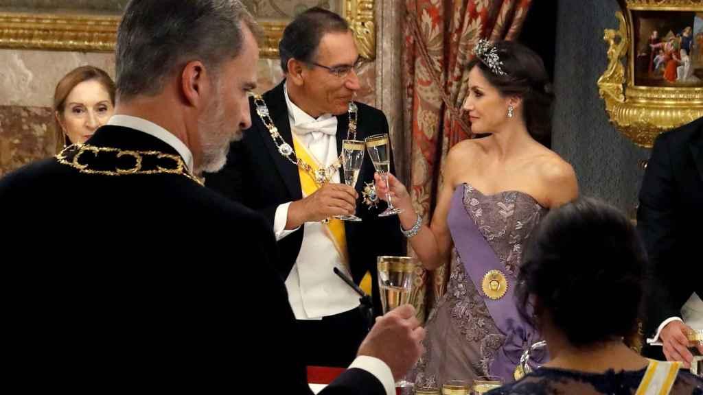 La reina Letizia brinda, pero nunca bebe.
