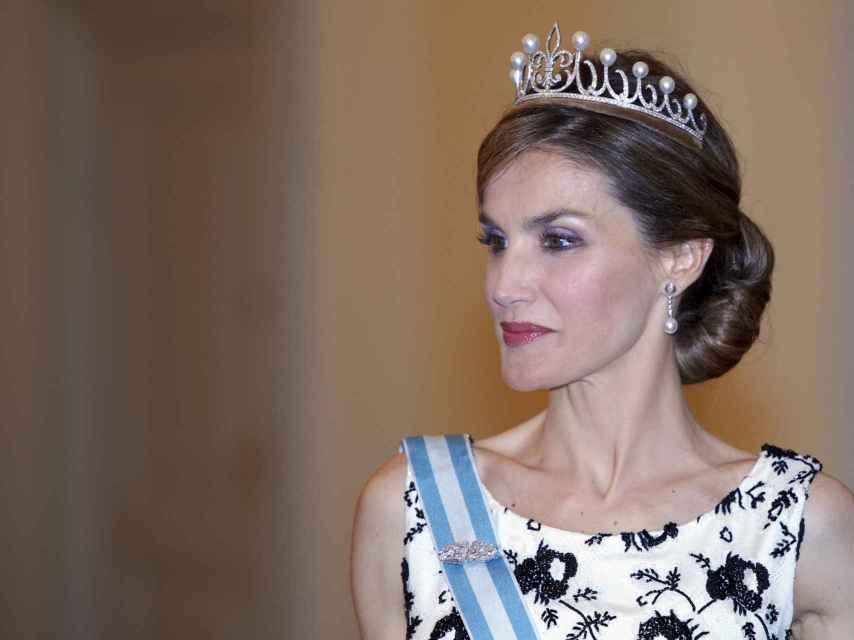 La reina Letizia luciendo la tiara de Ansorena que Felipe le regaló por su quinto aniversario de boda.