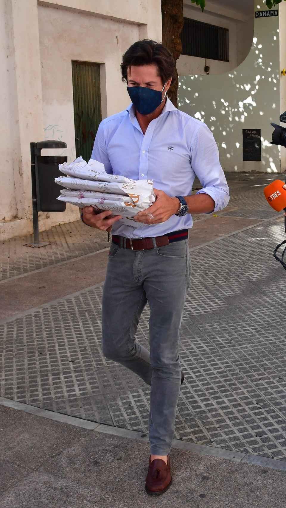 Canales Rivera llegando al tanatorio.