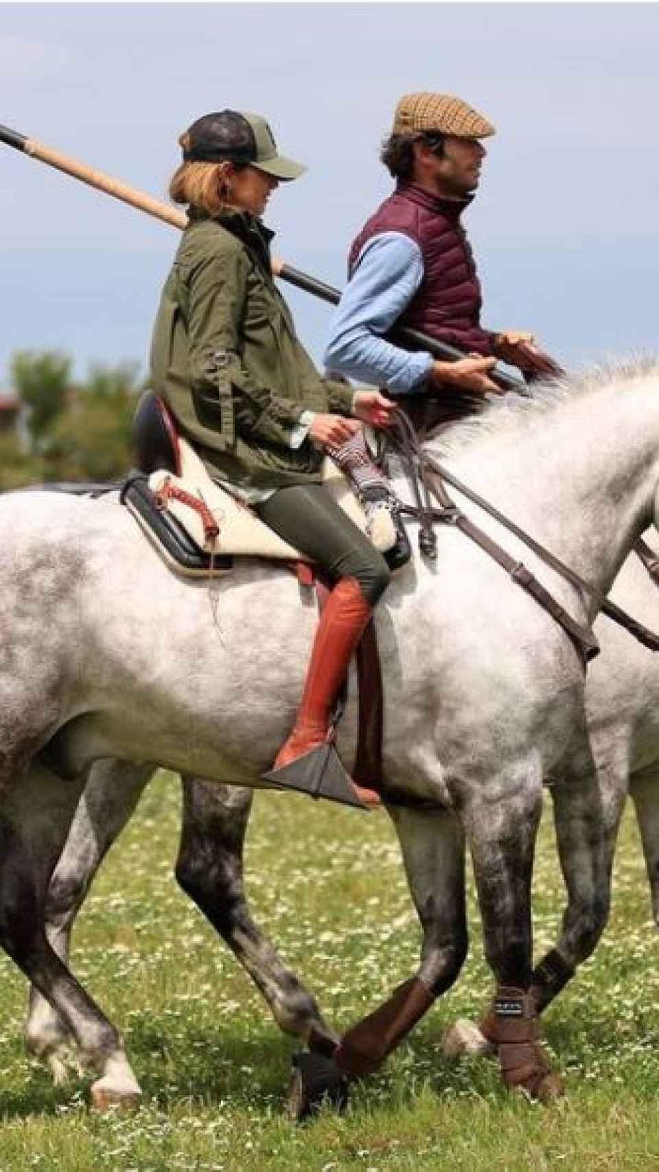 Canales e Isabel montando a caballo.