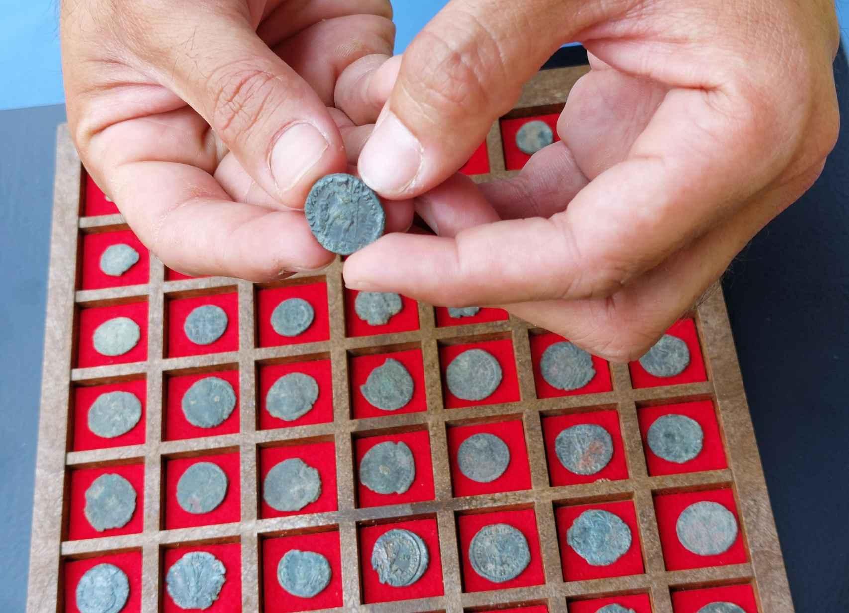 Monedas de bronce halladas en durante las excavaciones.