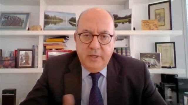 Roldán (AEB) defiende los sueldos de la banca y aboga por las fusiones transfronterizas