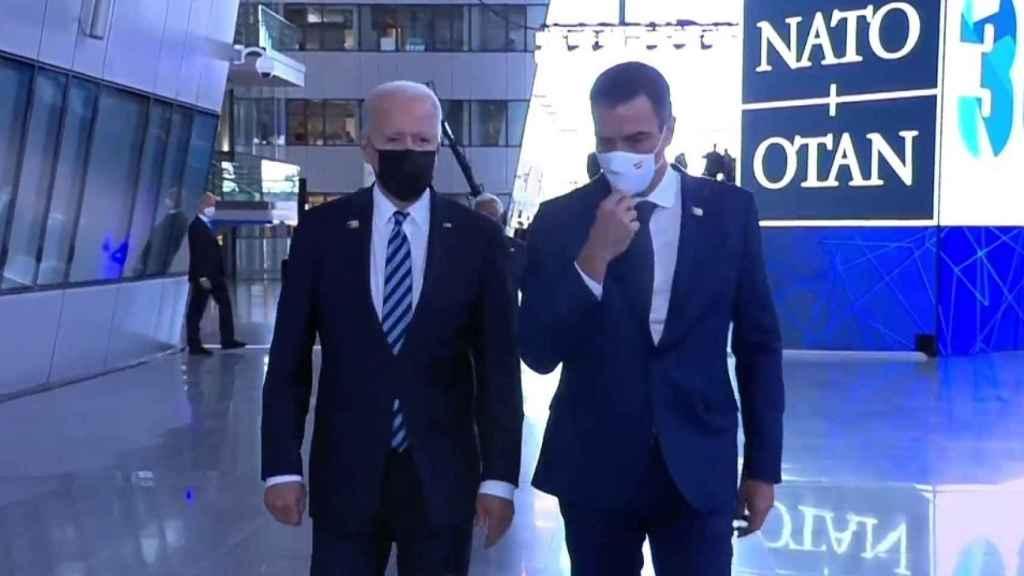 Joe Biden y Pedro Sánchez este lunes en la cumbre de la OTAN.