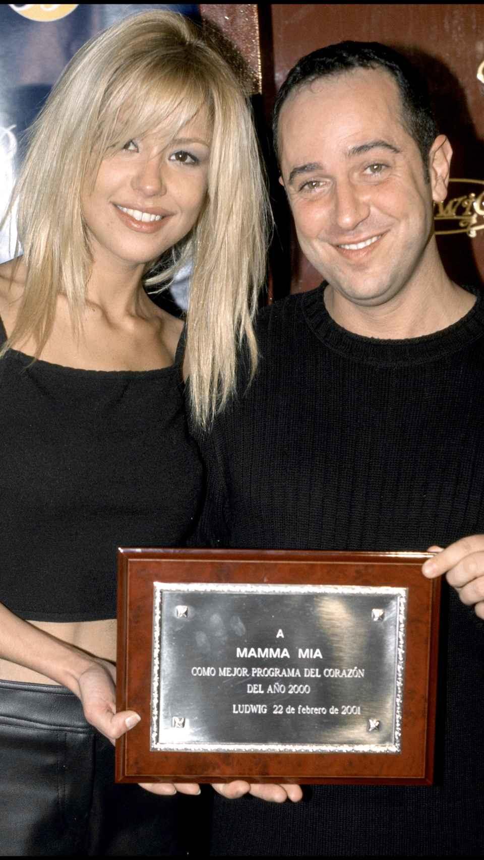 La presentadora recogiendo un reconocimiento por su labor en 'Mamma mía', junto a su compañero Víctor Sandoval.