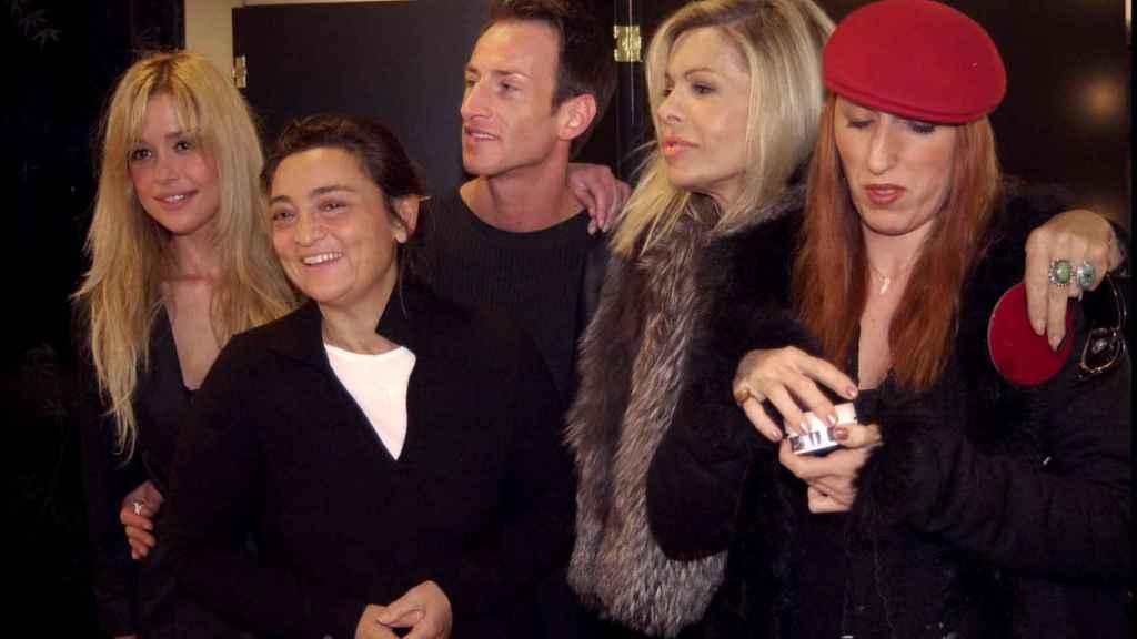 Pilar, junto a Bibiana Fernández, Rossy de Palma y otros personajes del momento en un evento en 2002.