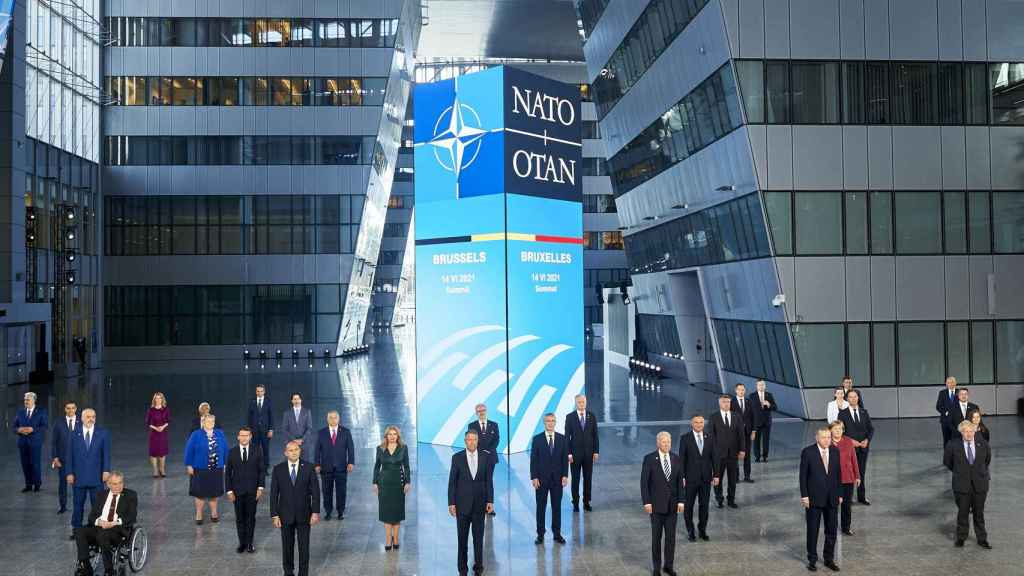 La foto de familia de la cumbre de la OTAN, con distancia social