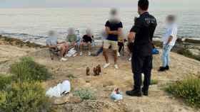 Policía Local de Alicante interviniendo en un botellón, en imagen de archivo.