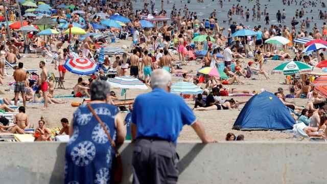 Dos ancianos observan la playa de la Malvarrosa, en Valencia, el pasado fin de semana.