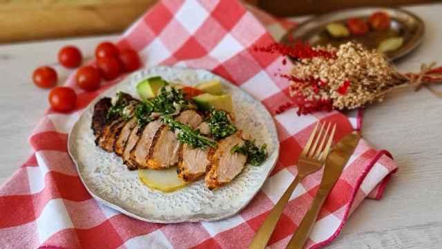 Pechuga de pollo marinada con salsa verde, una receta ligera y sabrosa