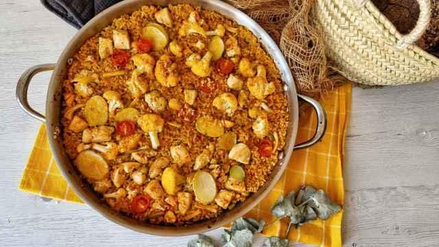 Arroz con pollo y coliflor al horno, una receta tradicional