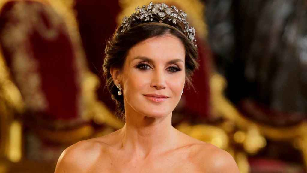 La reina Letizia vestida de Felipe Varela en la última cena de gala antes de la pandemia.