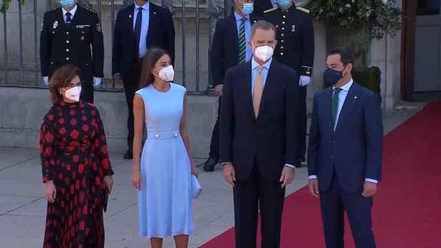 La Reina repite vestido azul en un nuevo reconocimiento al Rey en Sevilla