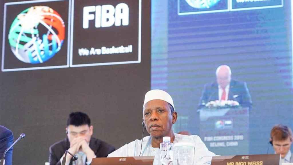 Hamane Niang al frente de un congreso de la FIBA