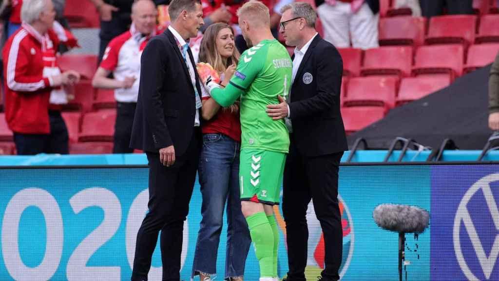 Kasper Schmeichel habla con la mujer de Eriksen