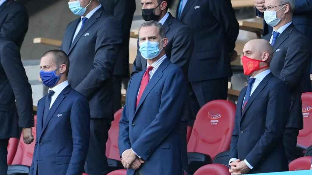 Aleksander Ceferin, presidente de la UEFA, Felipe VI, Rey de España, y Luis Rubiales, presidente de la RFEF, en el palco