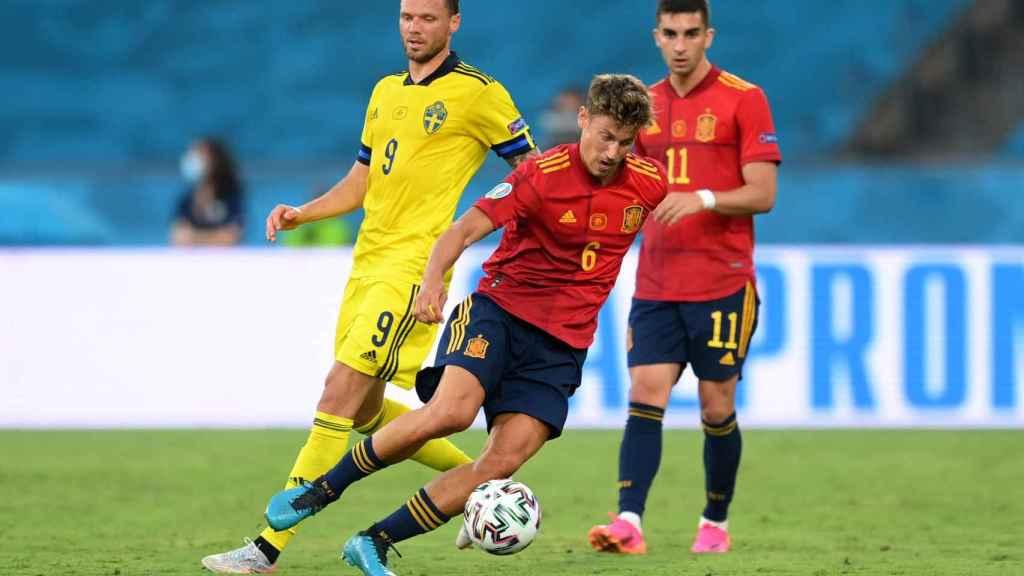 Marcos Llorente supera la presión de Suecia y avanza con el balón