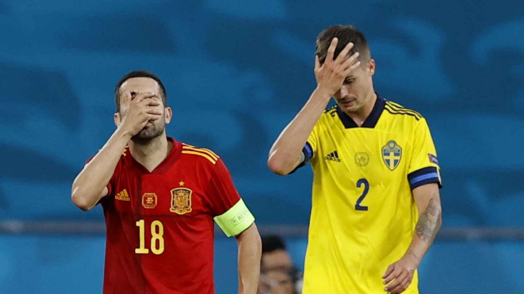 Jordi Alba y Mikael Lustig se lamentan tras una jugada