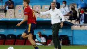 Luis Enrique da órdenes a los jugadores españoles desde la banda