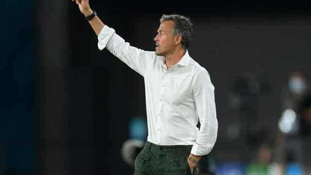 Luis Enrique da órdenes a los futbolistas de la Selección desde la banda del Estadio de la Cartuja de Sevilla
