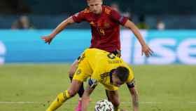 Dani Olmo disputa el balón contra Mikael Lustig