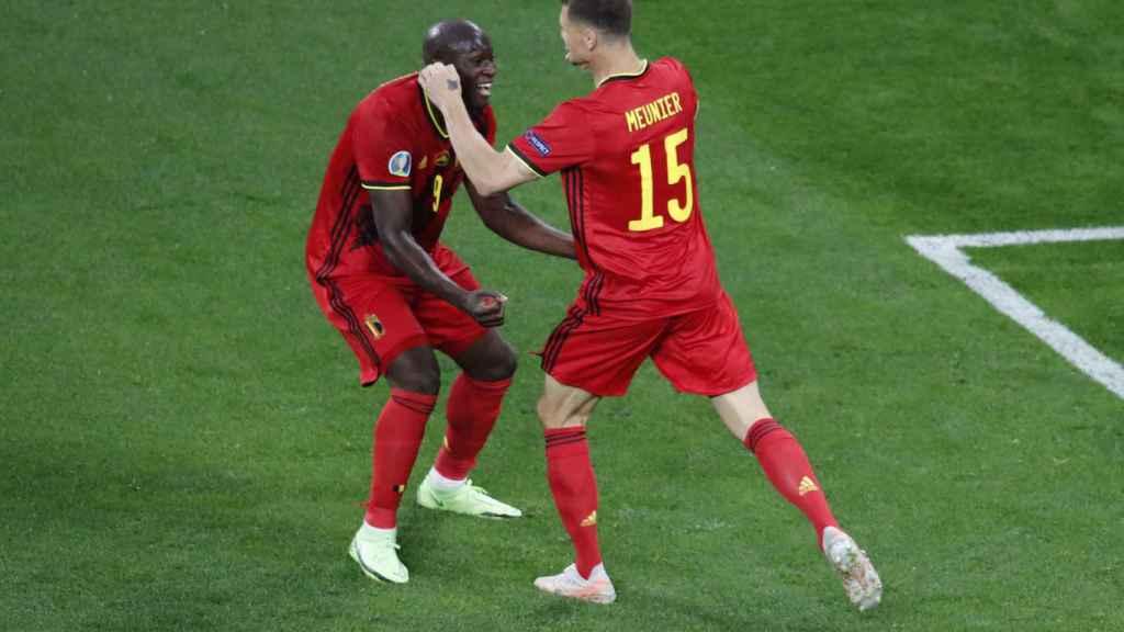 Lukaku y Thomas Meunier celebran uno de los goles