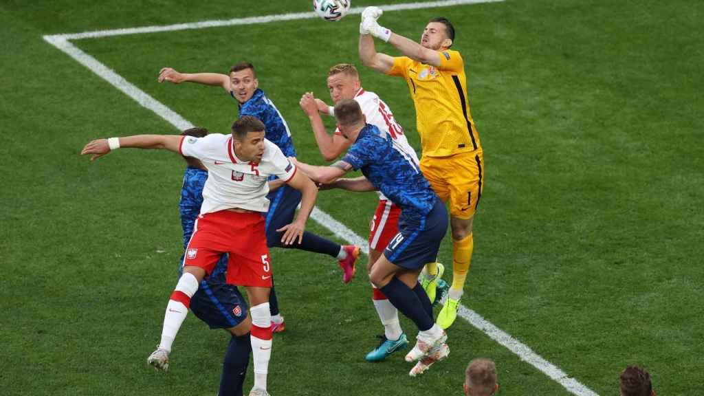 El portero de Eslovaquia despeja un balón con fuerza