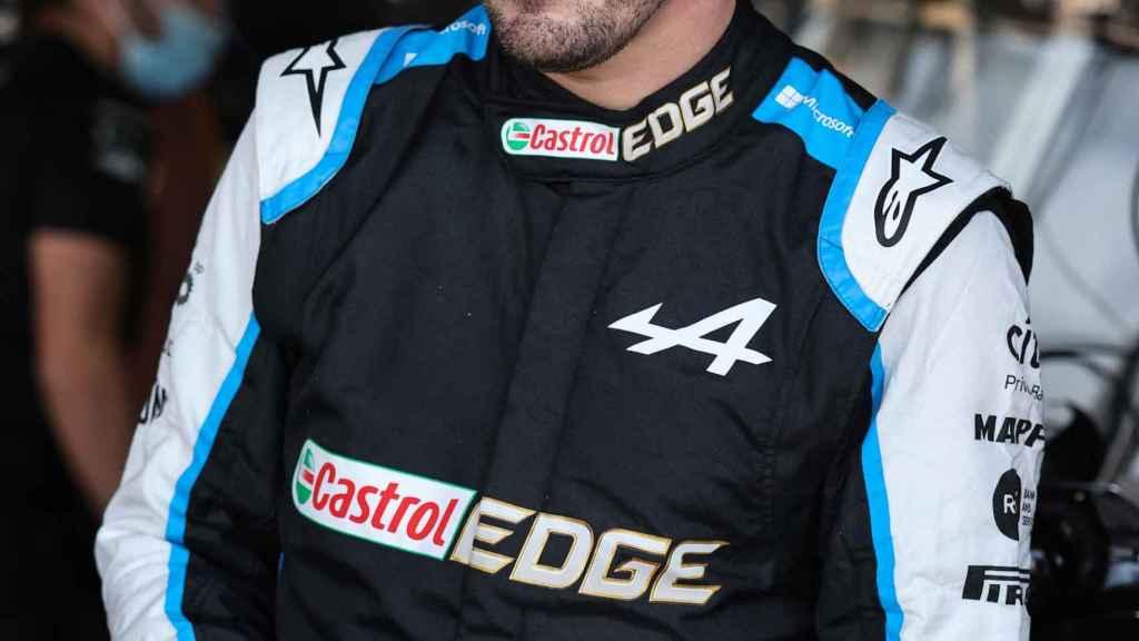 Fernando Alonso dentro de box del Alpine F1 Team