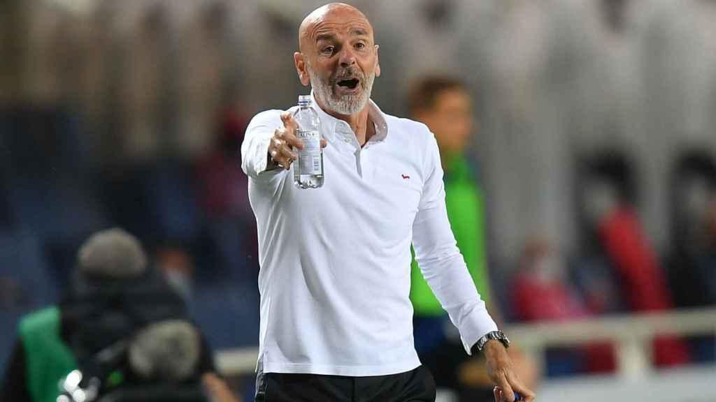 Stefano Pioli da indicaciones en la banda en un partido del Milan
